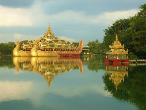 Karaweik Royal Palace - Cung điện nổi bên hồ